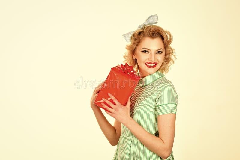 Retrato de la mujer sonriente feliz joven hermosa en estilo del perno-para arriba fotos de archivo libres de regalías