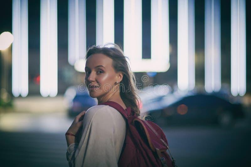 Retrato de la mujer sonriente feliz que camina en la calle en la noche fotos de archivo libres de regalías
