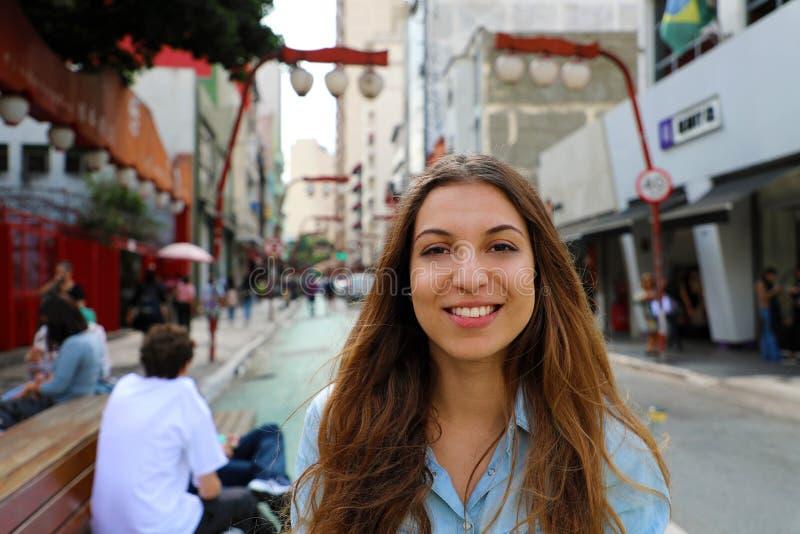 Retrato de la mujer sonriente hermosa en la vecindad japonesa Liberdade, Sao Paulo, el Brasil de Sao Paulo imágenes de archivo libres de regalías