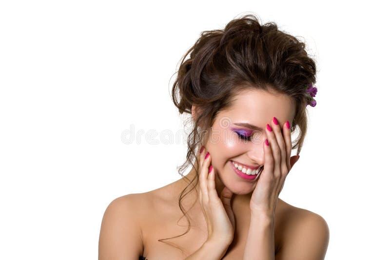Retrato de la mujer sonriente hermosa joven que toca su cara fotografía de archivo