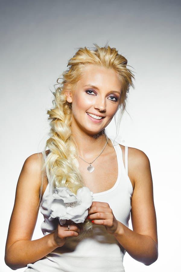 Retrato de la mujer sonriente joven con el pelo rubio grueso y la piel limpia natural Guirnalda hermosa de la muchacha en su cabe fotografía de archivo libre de regalías