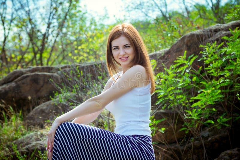 Retrato de la mujer sonriente joven hermosa con el pelo rojo largo foto de archivo