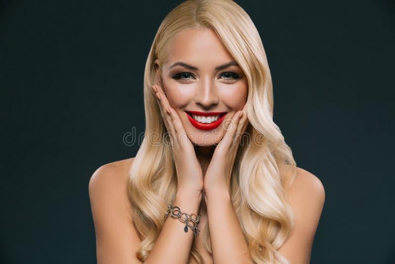 retrato de la mujer sonriente rubia hermosa con maquillaje foto de archivo