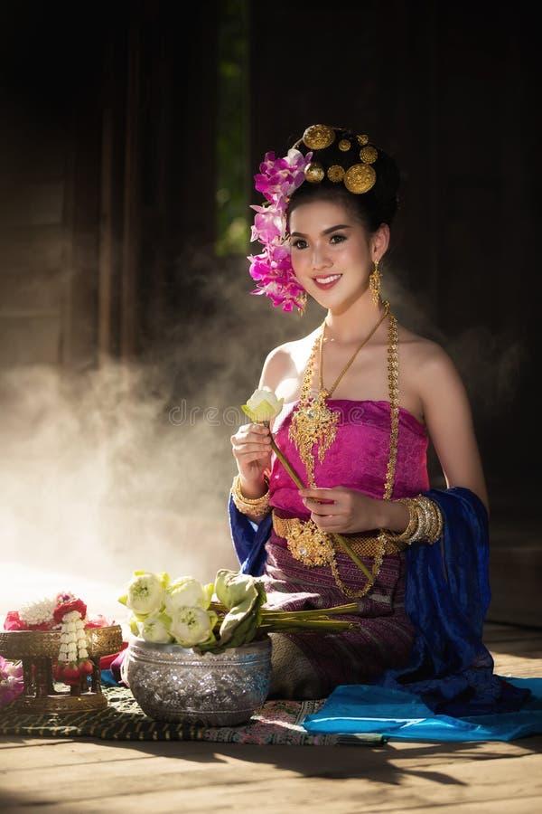 Retrato de la mujer tailandesa rural hermosa llevar el vestido tailandés en Chiang Mai, Tailandia fotografía de archivo libre de regalías