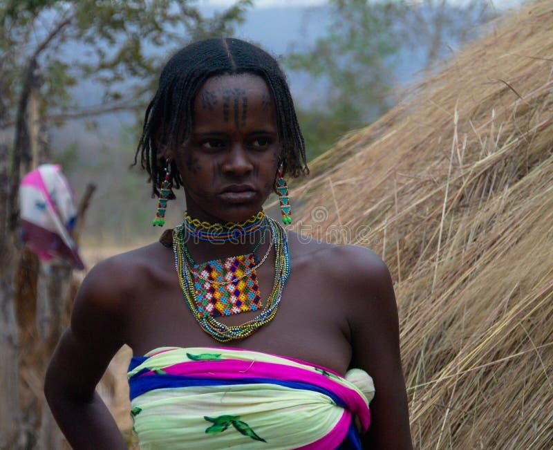 Retrato de la mujer tatuada Poli, el Camerún de la tribu de Mbororo aka Wodaabe fotografía de archivo