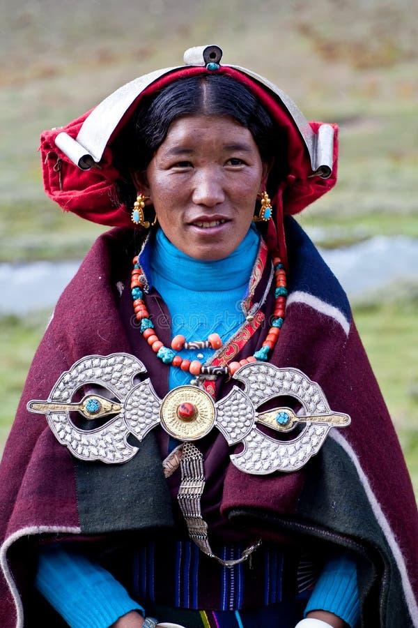 Retrato de la mujer tibetana en ropa nacional imagen de archivo libre de regalías
