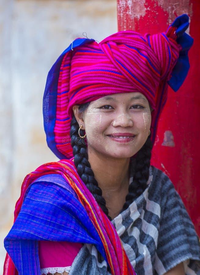 Retrato de la mujer de la tribu de Intha en Myanmar fotografía de archivo libre de regalías