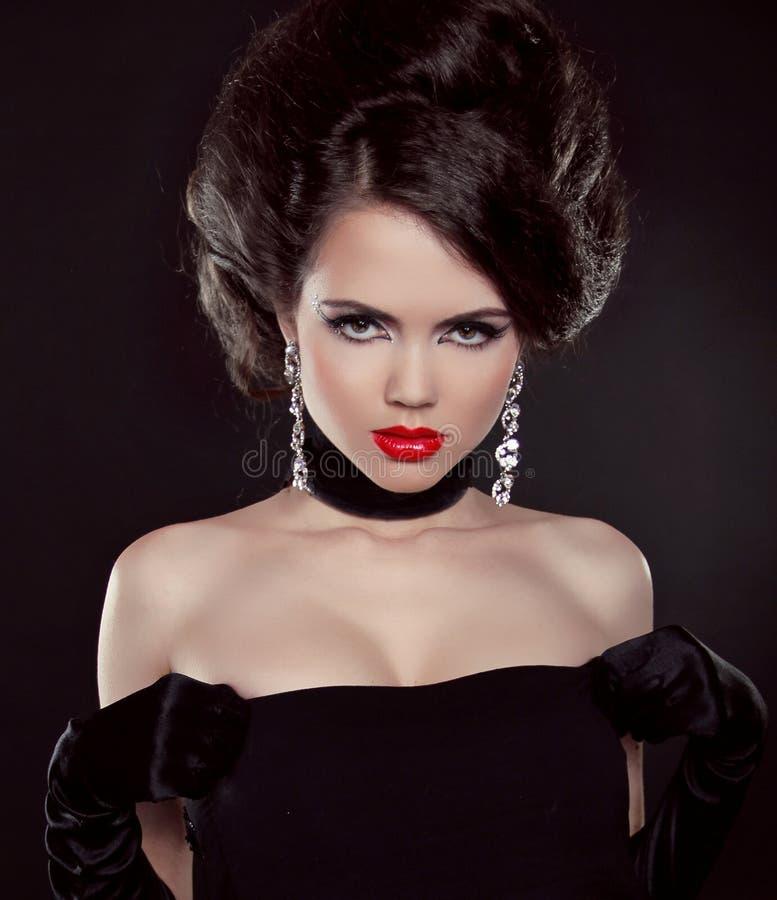 Retrato de la mujer triguena hermosa con los labios rojos sobre oscuridad fotografía de archivo