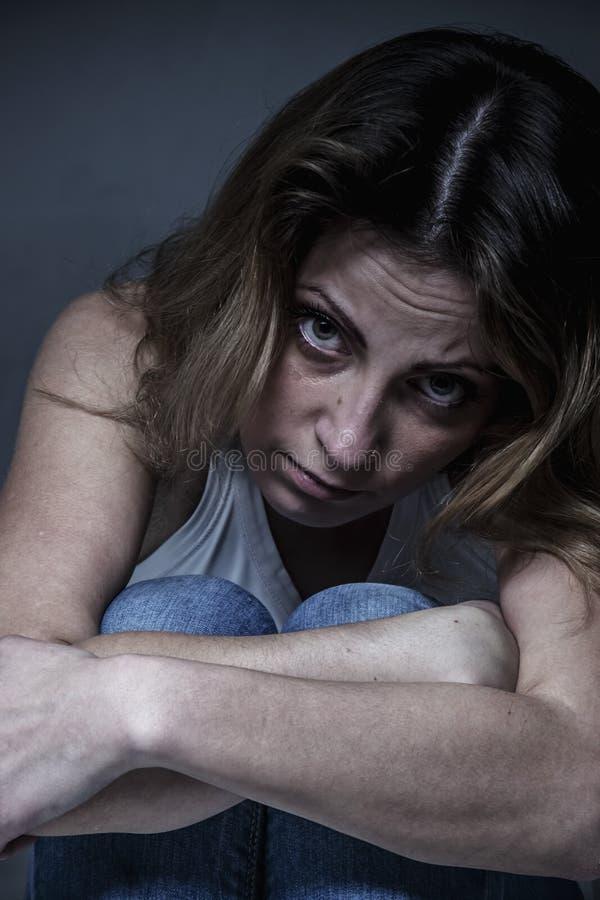 Retrato de la mujer triste como símbolo del dolor y de la desesperación Cierre para arriba Lenguaje corporal, gestos, retrato de  imagen de archivo libre de regalías