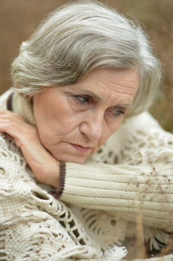 Retrato de la mujer triste del eldery imagenes de archivo