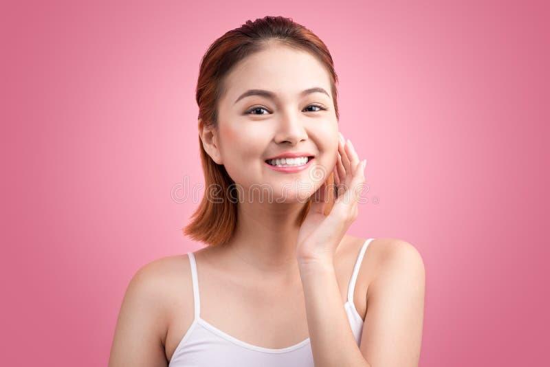 Retrato de la mujer vietnamita atractiva que toca su cara imagen de archivo libre de regalías