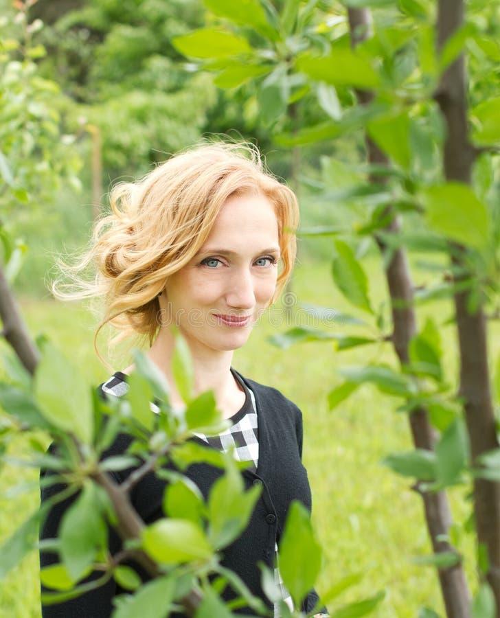 Retrato de la naturaleza de la mujer del campo foto de archivo