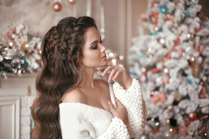 Retrato de la Navidad de la mujer atractiva con casarse el peinado B fotos de archivo