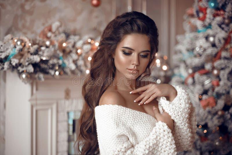 Retrato de la Navidad de la mujer atractiva con casarse el peinado B imagen de archivo libre de regalías