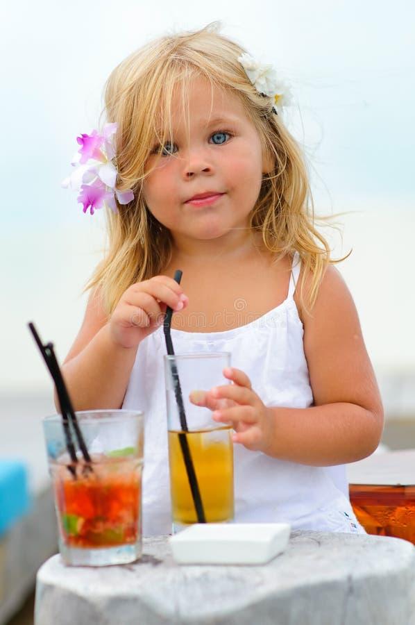 Retrato de la niña adorable con el jugo imagen de archivo