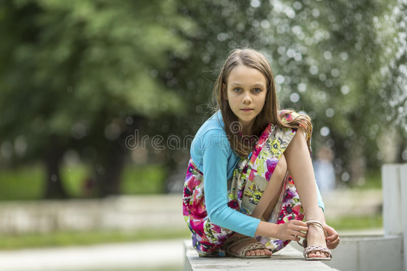 Retrato de la niña al aire libre El caminar fotos de archivo libres de regalías