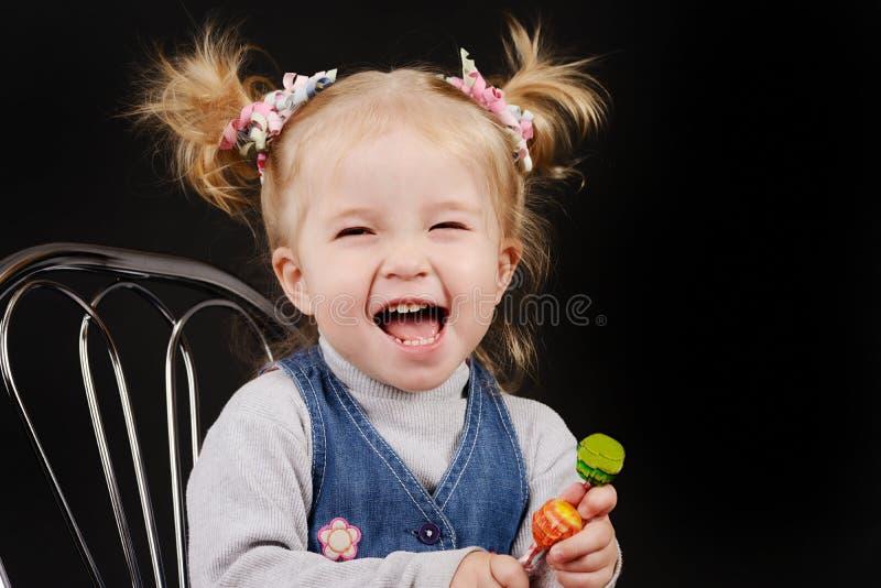 Niña pequeña con el peinado de la cola de caballo foto de archivo