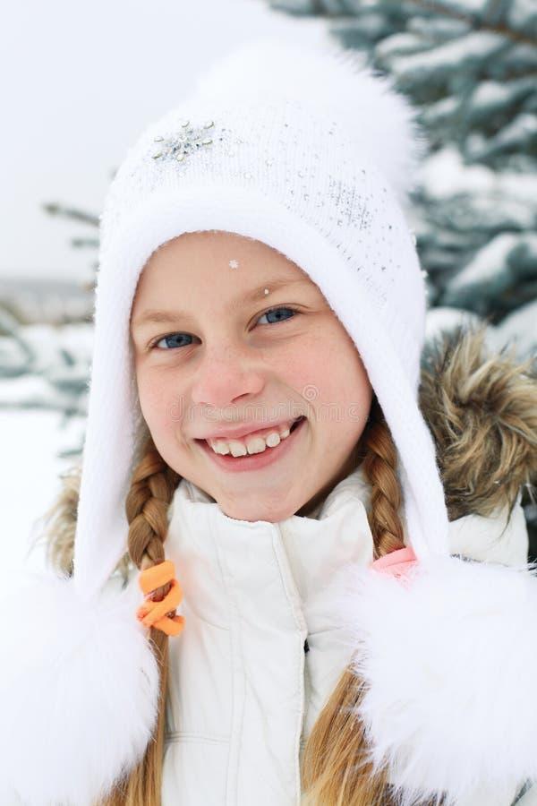 Retrato de la niña con el pelo rubio en invierno fotografía de archivo libre de regalías