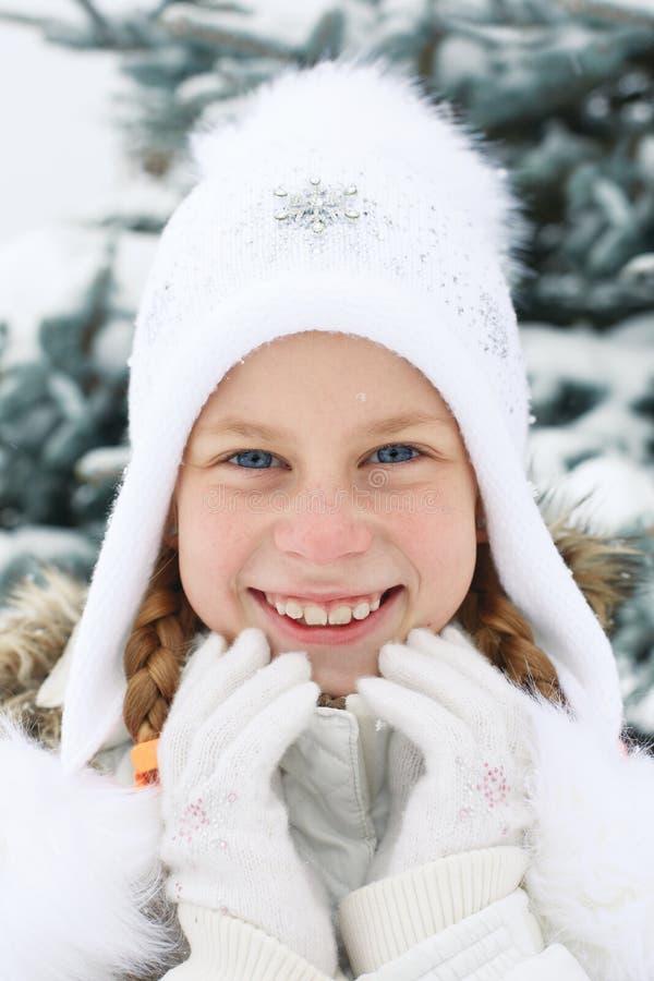 Retrato de la niña con el pelo rubio en invierno imagenes de archivo