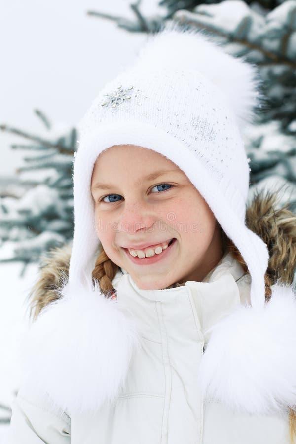 Retrato de la niña con el pelo rubio en invierno foto de archivo libre de regalías