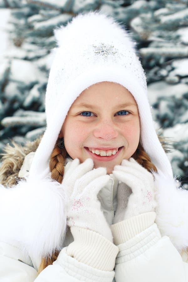 Retrato de la niña con el pelo rubio en invierno fotografía de archivo