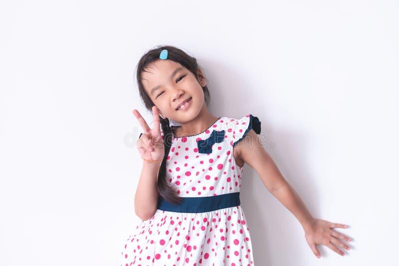 Retrato de la niña con la mano de la forma de V en el Dr. dulce del vintage fotografía de archivo