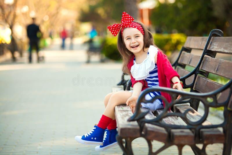 Retrato de la niña de la moda en un parque fotografía de archivo libre de regalías
