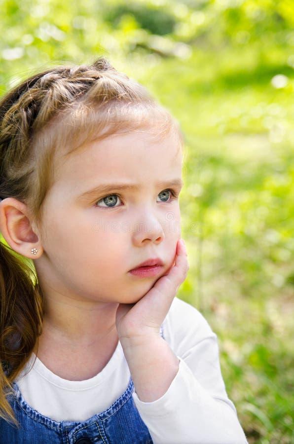 Retrato de la niña de pensamiento al aire libre imagen de archivo libre de regalías