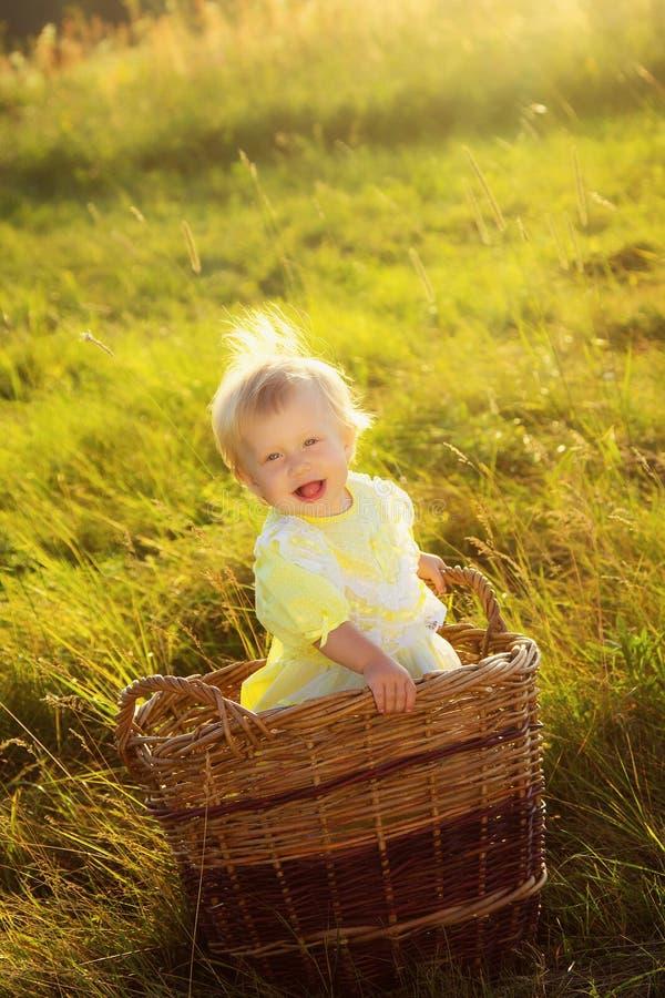 Retrato de la niña divertida imagenes de archivo