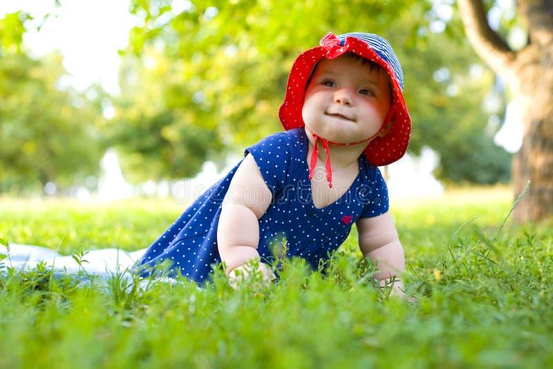 Retrato de la niña divertida en el césped imágenes de archivo libres de regalías