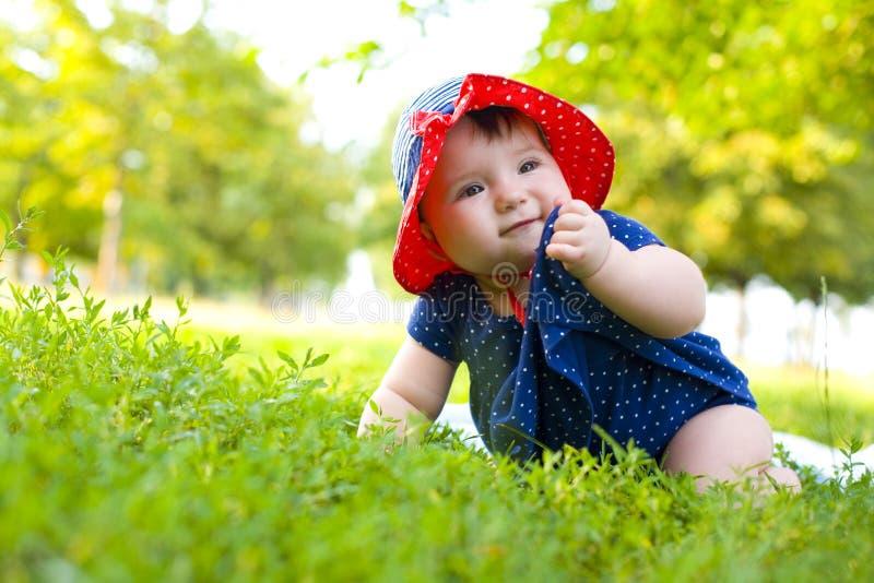 Retrato de la niña divertida en el césped fotos de archivo
