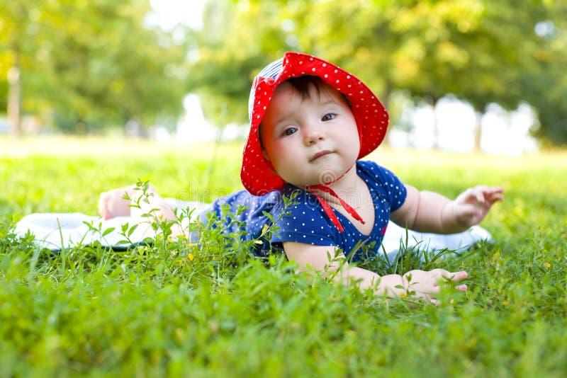 Retrato de la niña divertida en el césped fotos de archivo libres de regalías