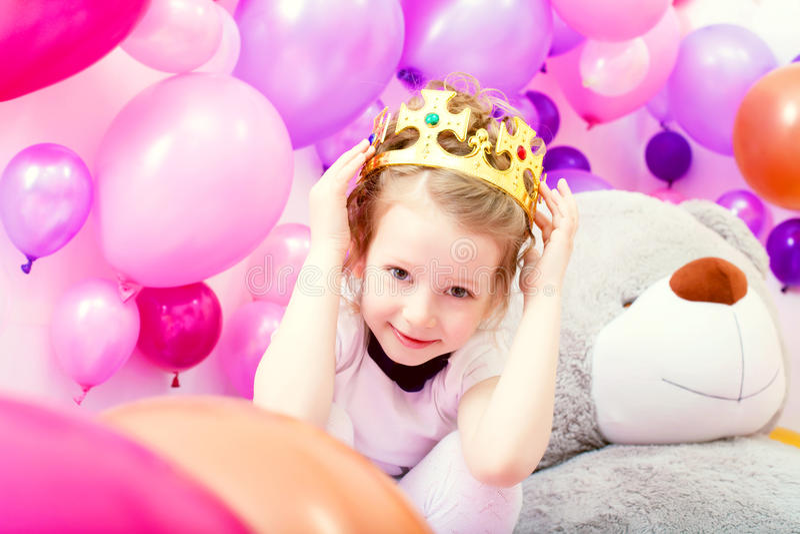 Retrato de la niña divertida que intenta en la corona foto de archivo libre de regalías