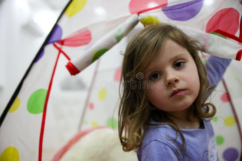 Retrato de la niña dulce en la casa foto de archivo