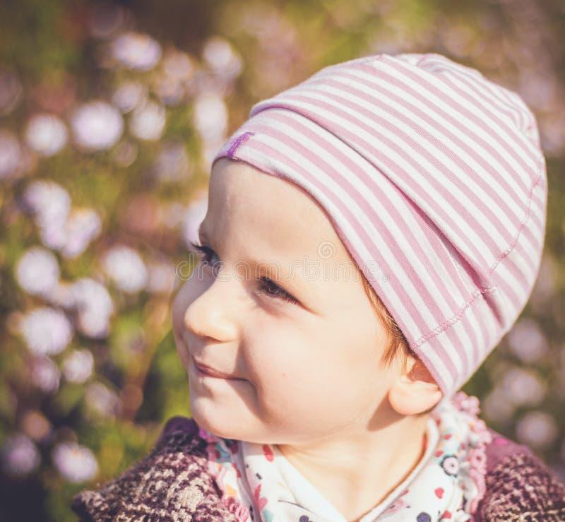 Retrato de la niña en colores de un otoño imágenes de archivo libres de regalías