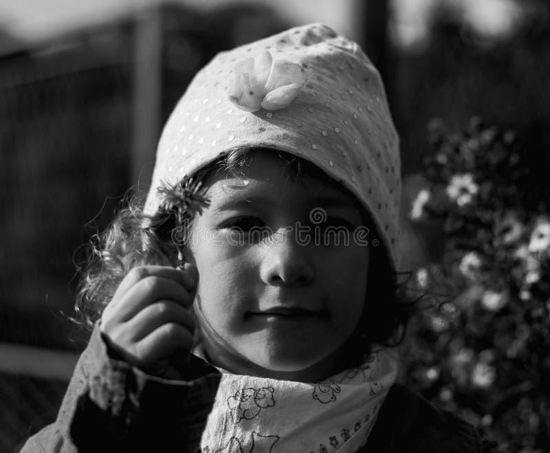 Retrato de la niña en colores de un otoño fotografía de archivo libre de regalías