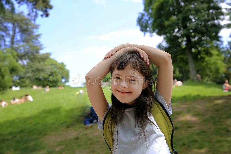 Retrato de la ni?a en el parque fotografía de archivo libre de regalías