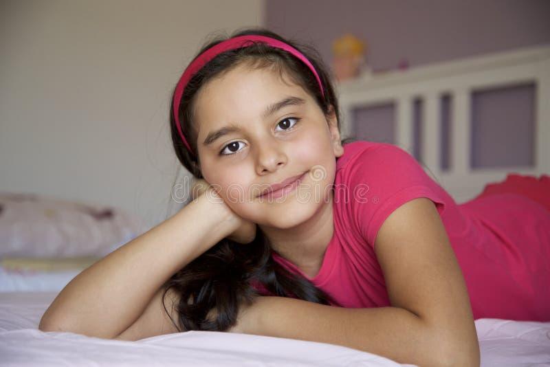Retrato de la niña en sitio de la cama fotografía de archivo libre de regalías