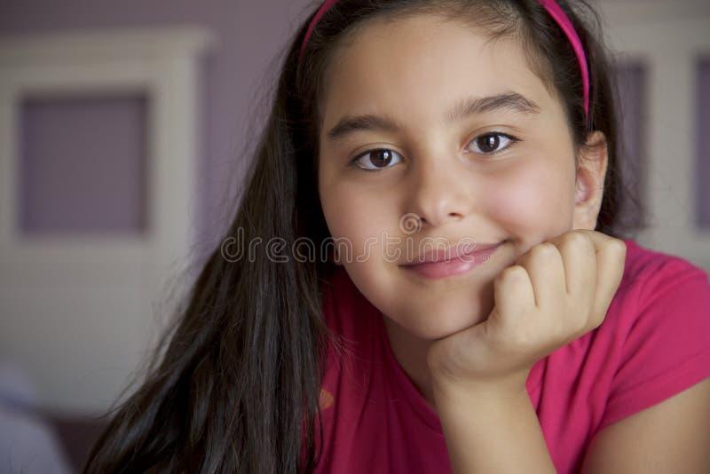 Retrato de la niña en sitio de la cama imagenes de archivo