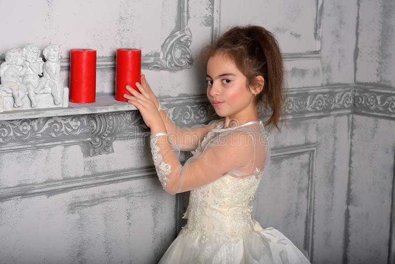 Retrato de la niña en vestido lujoso imagen de archivo