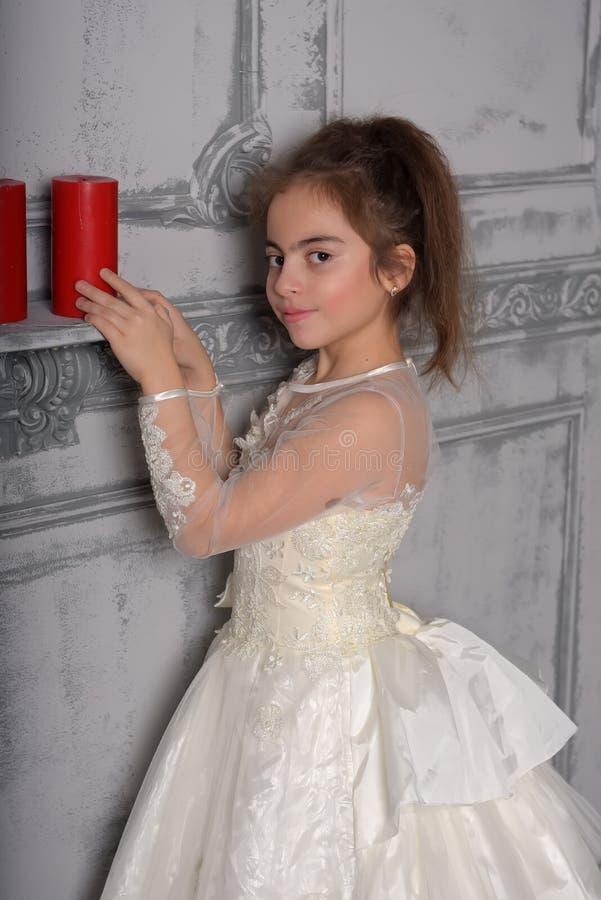 Retrato de la niña en vestido lujoso fotografía de archivo