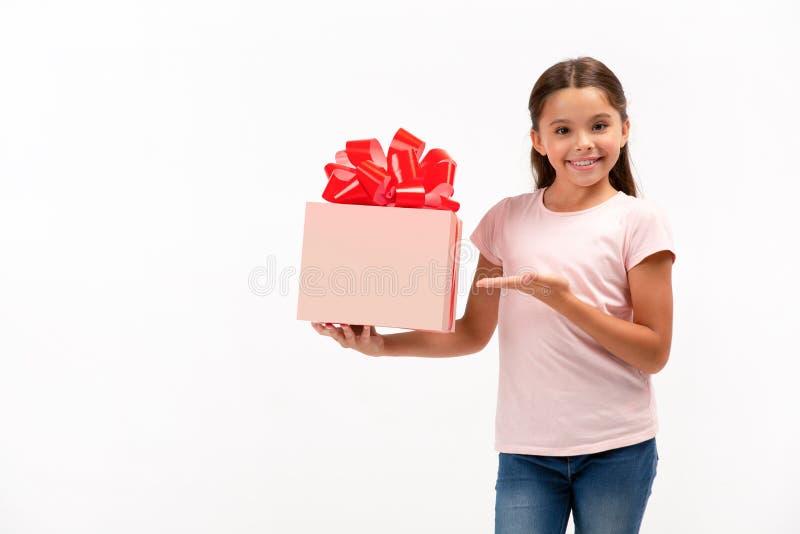 Retrato de la niña feliz con el rectángulo de regalo sobre el fondo blanco fotos de archivo libres de regalías