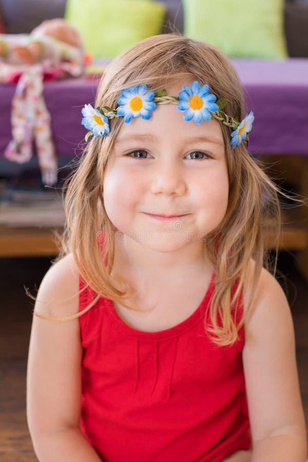 Retrato de la niña linda con la guirnalda de las flores foto de archivo libre de regalías