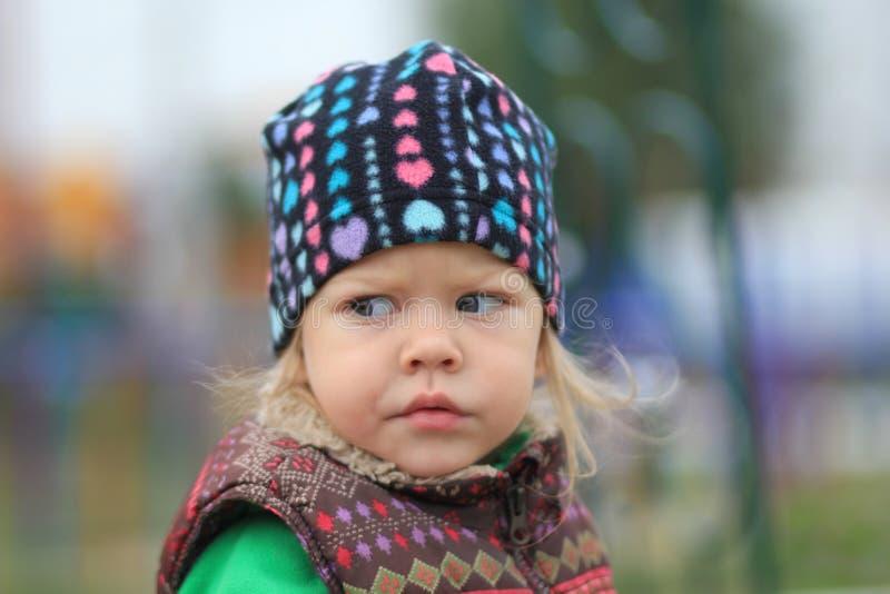 Retrato de la niña linda con mirada extraña fotografía de archivo