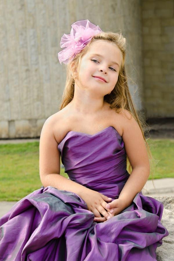 Retrato de la niña linda en alineada de la princesa fotografía de archivo