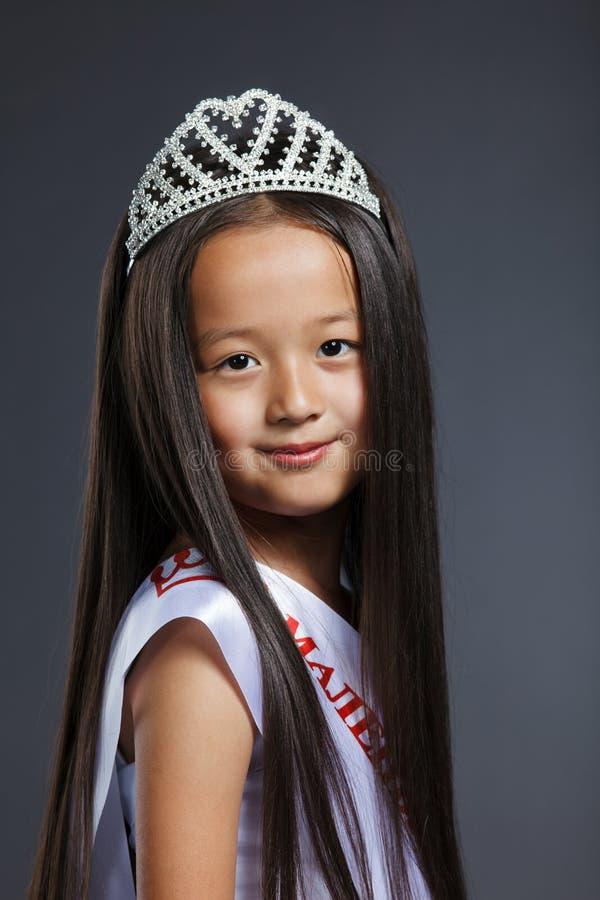 Retrato de la niña linda en tiara preciosa fotografía de archivo