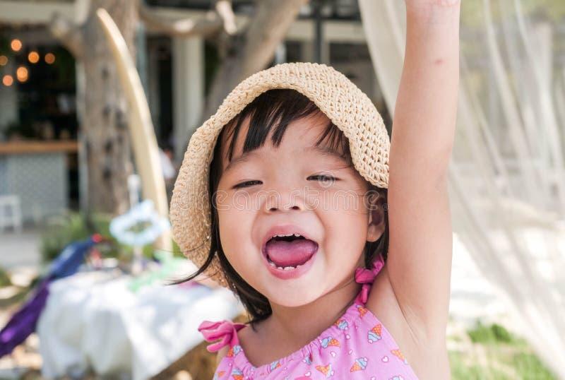 Retrato de la niña linda feliz en un día soleado imágenes de archivo libres de regalías