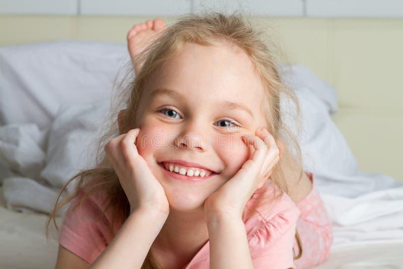 retrato de la niña linda que sueña en cama fotografía de archivo