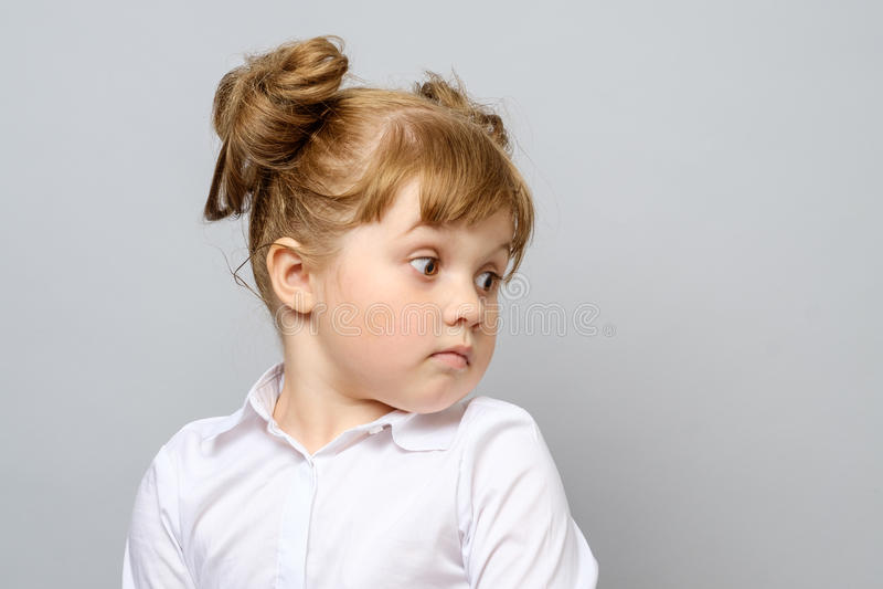 Retrato de la niña pensativa fotografía de archivo
