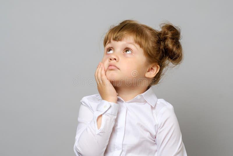 Retrato de la niña pensativa imagen de archivo